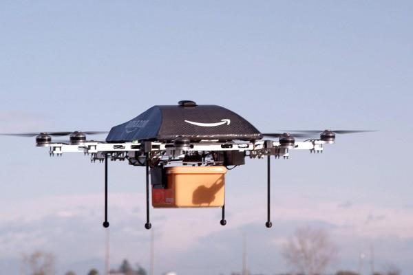 """Mažais dronais Amerikos firma """"Amazon"""" ruošiasi skraidinti prie klientų namų durų išnuomotus filmus (DVD) ir kitus lengvus siuntinius."""